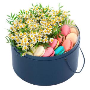 """Цветы в коробке """"Ромашки с макаронсами"""""""